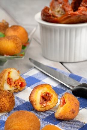 Bouche¦ües de mozzarella farcies aux tomates se¦üche¦ües